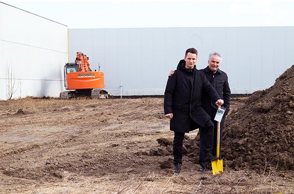 Christoph und Ing. Andreas Wessely beim Spatenstich für den Ausbau Werk 2 in der Girakstraße 13, 2100 Korneuburg